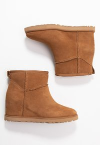 UGG - CLASSIC FEMME MINI - Ankle boots - chestnut - 3