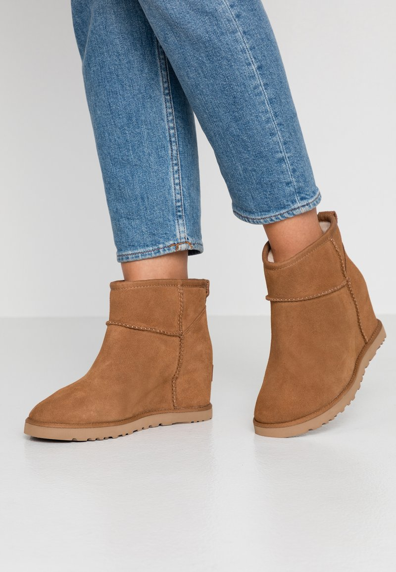 UGG - CLASSIC FEMME MINI - Ankle boots - chestnut