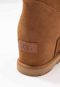 UGG - CLASSIC FEMME MINI - Ankle boots - chestnut - 2