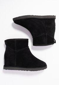 UGG - CLASSIC FEMME MINI - Ankle boot - black - 3