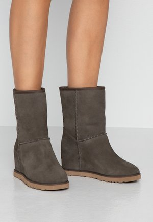 CLASSIC FEMME SHORT - Wedge Ankle Boots - slate