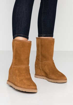 CLASSIC FEMME SHORT - Wedge Ankle Boots - chestnut