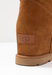 UGG - CLASSIC FEMME SHORT - Kilestøvletter - chestnut - 2