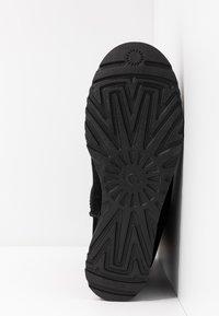 UGG - CLASSIC FEMME SHORT - Botines de cuña - black - 6
