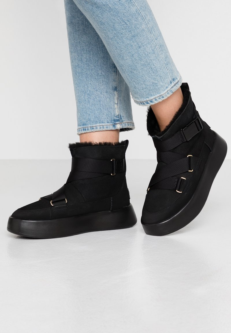 UGG - CLASSIC BOOM BUCKLE - Ankle boots - black