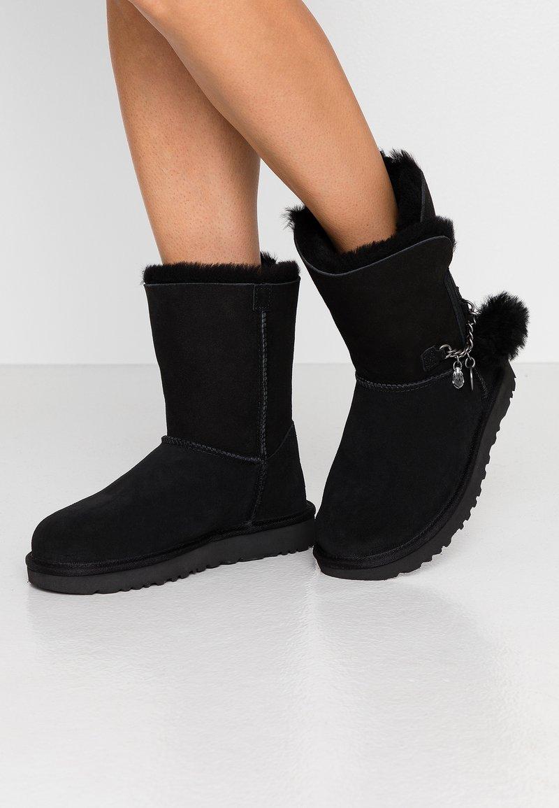 UGG - CLASSIC MINI CHARMS - Korte laarzen - black