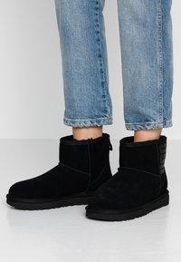 UGG - CLASSIC MINI LOGO - Stivali da neve  - black - 0