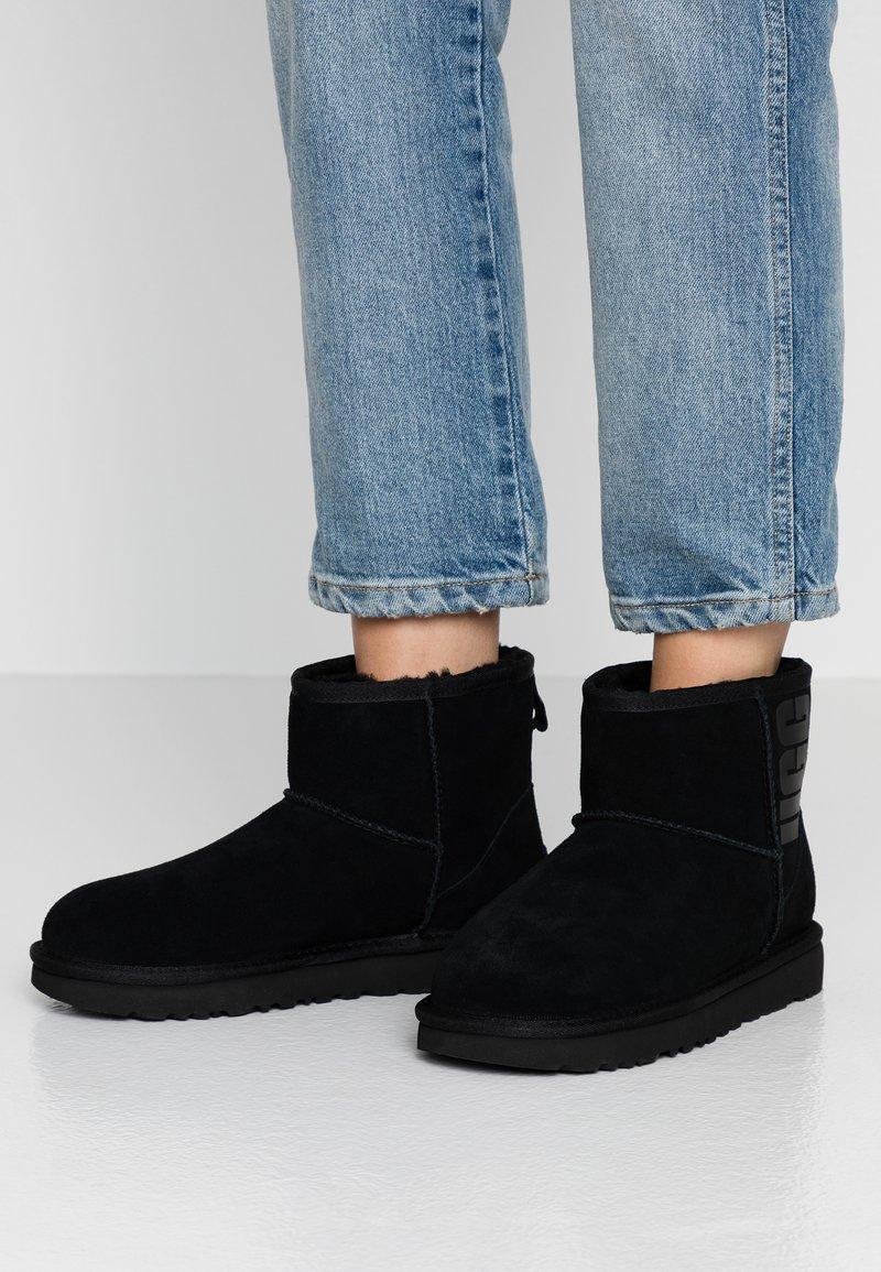 UGG - CLASSIC MINI LOGO - Stivali da neve  - black