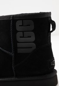 UGG - CLASSIC MINI LOGO - Stivali da neve  - black - 2