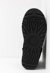 UGG - CLASSIC SHORT LOGO - Kotníkové boty - black - 6