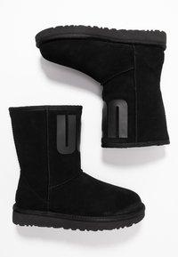 UGG - CLASSIC SHORT LOGO - Kotníkové boty - black - 3