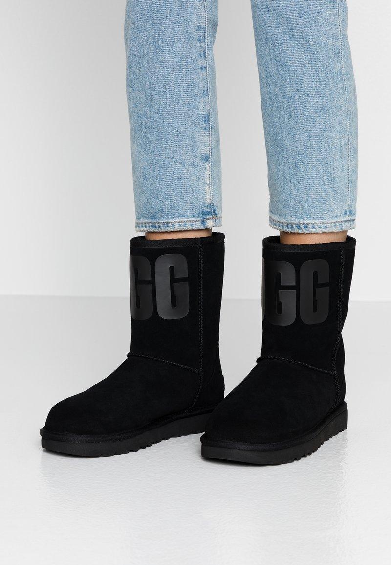 UGG - CLASSIC SHORT LOGO - Kotníkové boty - black