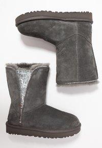 UGG - CLASSIC ZIP BOOT - Bottines - charcoal - 3