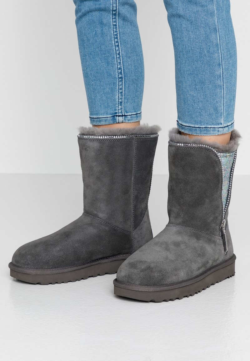 UGG - CLASSIC ZIP BOOT - Classic ankle boots - charcoal