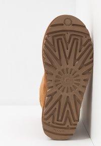 UGG - CLASSIC ZIP BOOT - Støvletter - chestnut - 6