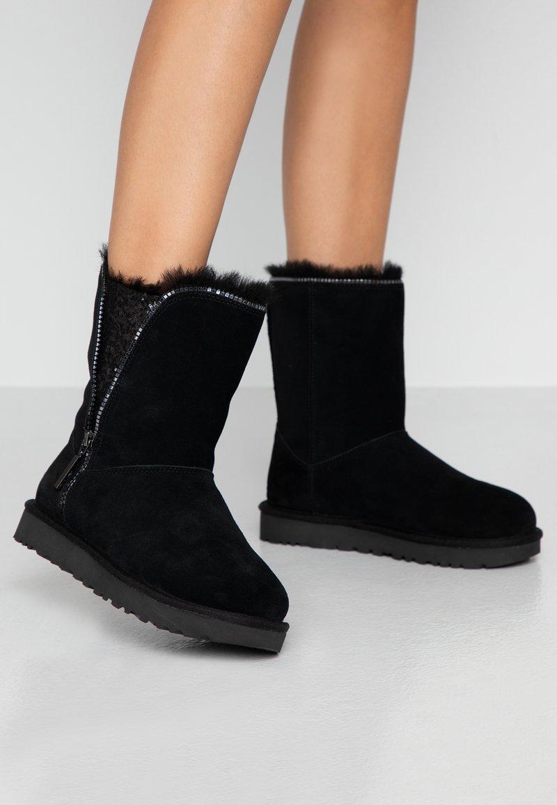 UGG - CLASSIC ZIP BOOT - Bottines - black