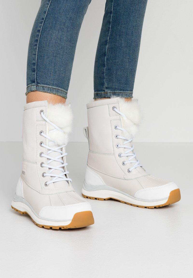 UGG - ADIRONDACK III FLUFF - Bottes de neige - white