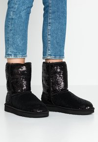 UGG - CLASSIC SHORT COSMOS SEQUIN - Classic ankle boots - black/gunmetal - 0