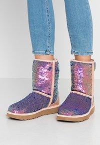 UGG - CLASSIC SHORT COSMOS SEQUIN - Classic ankle boots - quartz - 0
