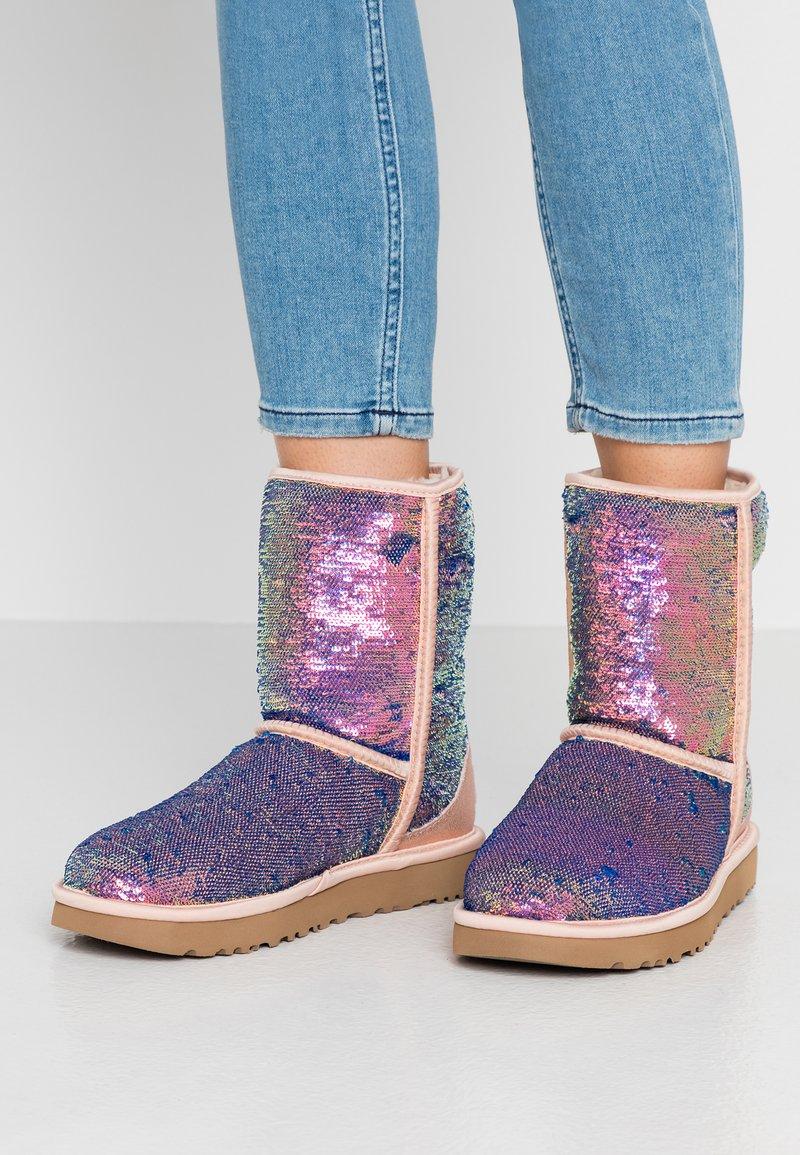 UGG - CLASSIC SHORT COSMOS SEQUIN - Classic ankle boots - quartz