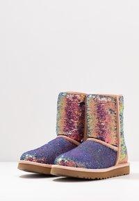 UGG - CLASSIC SHORT COSMOS SEQUIN - Classic ankle boots - quartz - 4