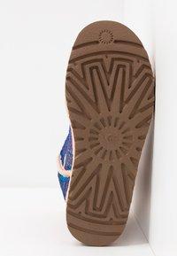UGG - CLASSIC SHORT COSMOS SEQUIN - Classic ankle boots - quartz - 6