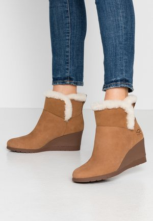 DEVORAH - Wedge Ankle Boots - chestnut