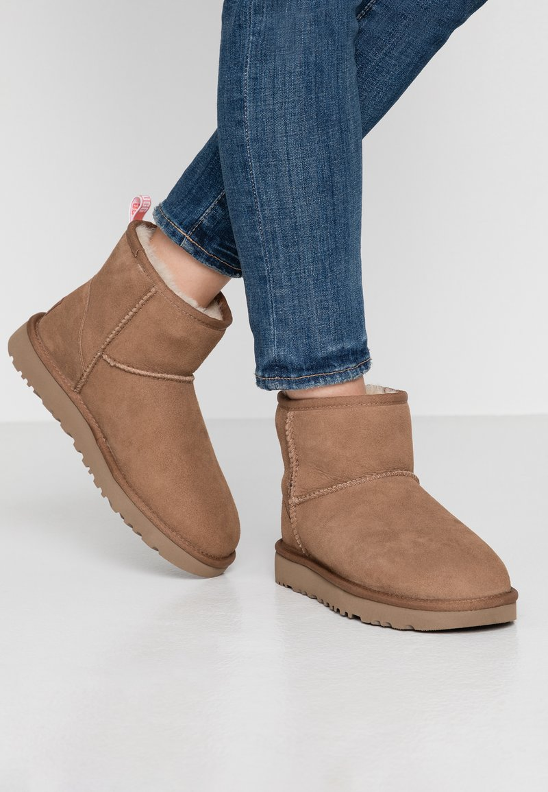 UGG - CLASSIC MINI GRAPHIC LOGO - Classic ankle boots - chestnut/neon coral