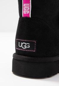UGG - CLASSIC MINI GRAPHIC LOGO - Kotníkové boty - black/neon pink - 2