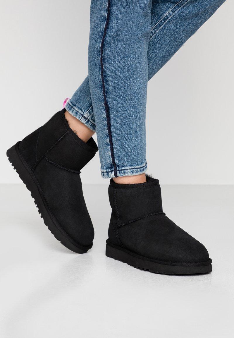 UGG - CLASSIC MINI GRAPHIC LOGO - Kotníkové boty - black/neon pink