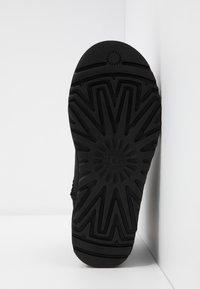 UGG - CLASSIC MINI GRAPHIC LOGO - Kotníkové boty - black/neon pink - 6