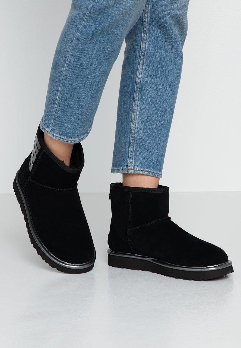 UGG - CLASSIC MINI LOGO - Ankle boots - black metallic