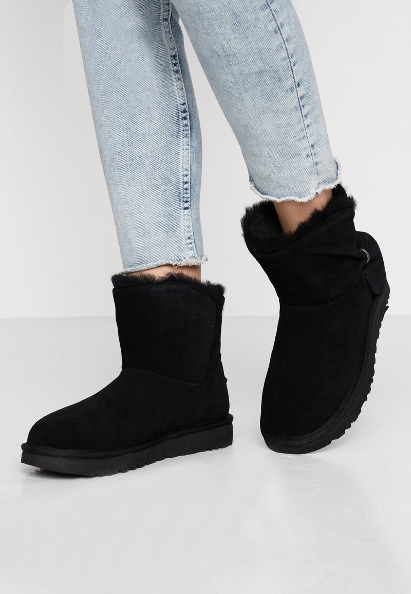 UGG - CLASSIC MINI TWIST - Stiefelette - black