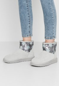 UGG - CLASSIC MINI SEQUIN STARS - Classic ankle boots - grey/violet - 0
