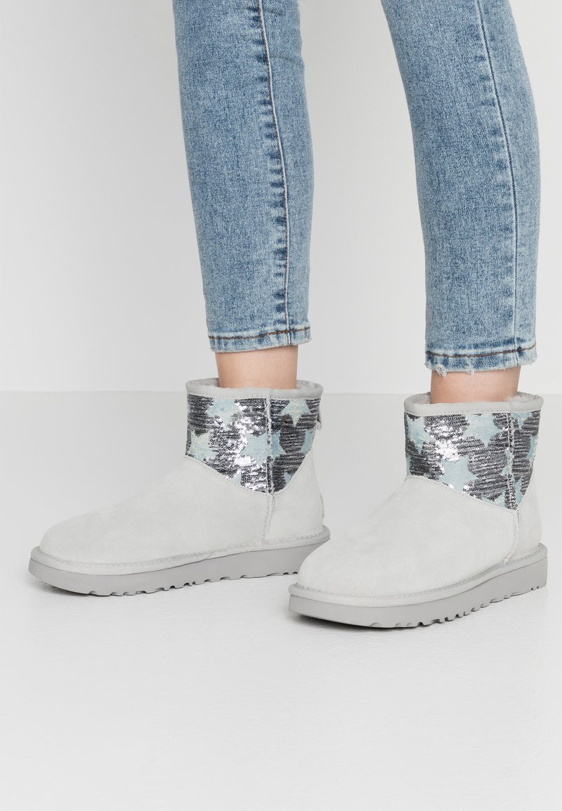 UGG - CLASSIC MINI SEQUIN STARS - Classic ankle boots - grey/violet