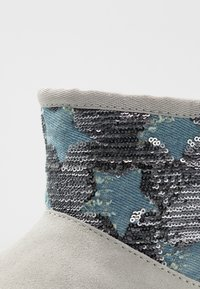UGG - CLASSIC MINI SEQUIN STARS - Classic ankle boots - grey/violet - 2