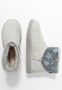 UGG - CLASSIC MINI SEQUIN STARS - Classic ankle boots - grey/violet - 3