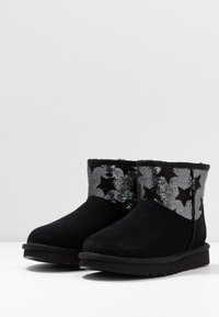 UGG - CLASSIC MINI SEQUIN STARS - Classic ankle boots - black - 4