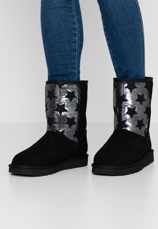 CLASSIC SHORT SEQUIN STARS - Snowboot/Winterstiefel - black