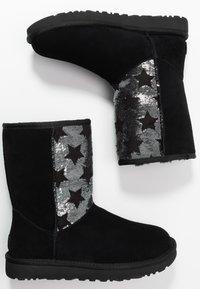 UGG - CLASSIC SHORT SEQUIN STARS - Snowboots  - black - 3