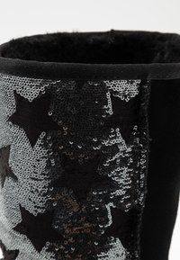 UGG - CLASSIC SHORT SEQUIN STARS - Snowboots  - black - 2