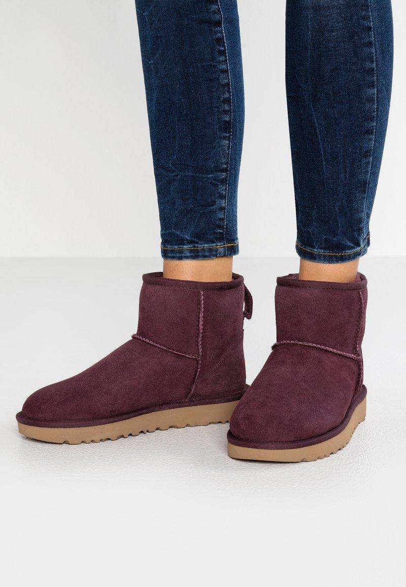 UGG - CLASSIC MINI II - Classic ankle boots - bordeaux