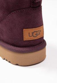 UGG - CLASSIC MINI II - Classic ankle boots - bordeaux - 2