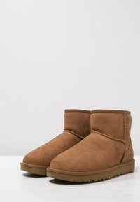 UGG - CLASSIC MINI II - Classic ankle boots - chestnut - 3