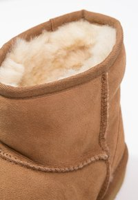 UGG - CLASSIC MINI II - Classic ankle boots - chestnut - 6