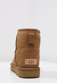 UGG - CLASSIC MINI II - Classic ankle boots - chestnut - 4