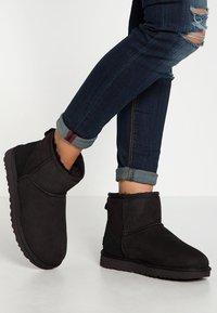UGG - CLASSIC MINI II - Classic ankle boots - black - 0