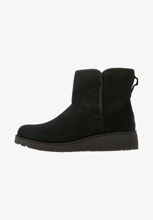 KRISTIN - Kotníkové boty na klínu - black