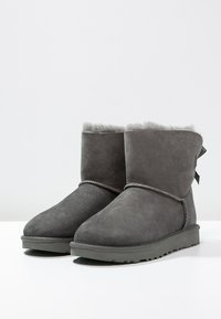 UGG - MINI BAILEY BOW - Classic ankle boots - grey - 3