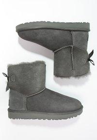 UGG - MINI BAILEY BOW - Stiefelette - grey - 2